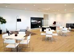 明るいショールーム内には広々とした商談スペースもございます。