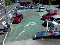 お客様駐車場は安心の広々スペースをご用意して、皆様のご来店を心よりお待ちしております。