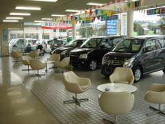 店内商談スペースも広く明るく清潔です。