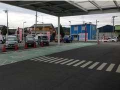 駐車が苦手なお客様も安心の広々駐車場です。