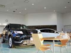 ショールームではUK FORDの新車の展示を行っております!是非一度当店へお越し下さいませ!