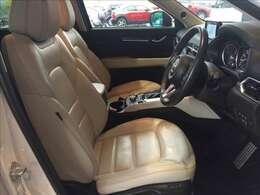 運転席は高級感のあるホワイトレザーを使用しています。運転席助手席共に電動シートで座り心地も良好です。また、運転席に正しく着座すれば、ドライバーと車体が正対するようにシートセッティングされています★☆★