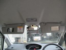運転席、助手席共にミラー付きのサンバイザーがついていますよ。