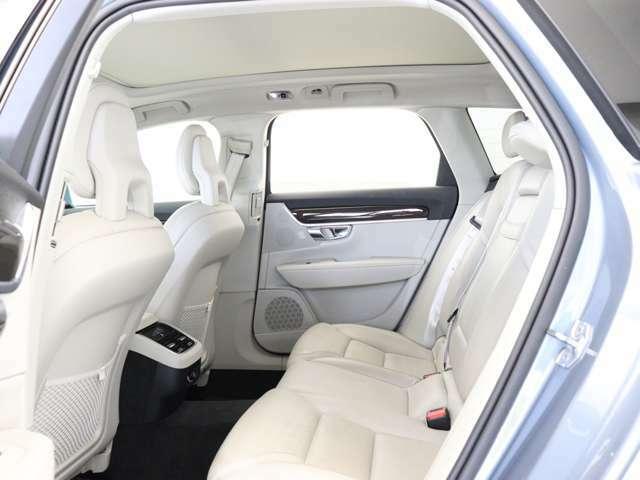後席では足もと空間を最大限に確保できるようにフロントシートのバックレスト形状に配慮し、リアシート自体もゆったりと身体を預けてくつろげるデザインとしました。