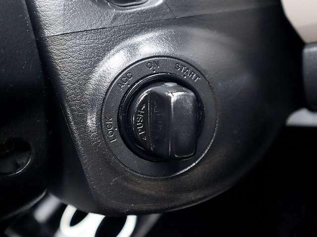 【スマートエントリーキー装備車】スマートキーを携帯していれば、両手が塞がっていても開閉できます。悪天候時に重宝します。
