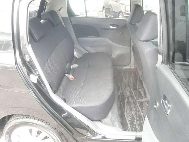 リアシートは左右分割式のシートです。足元はとてもユッタリしていているのと、座面中央の前部のレバーでシートが前方へスライドする事で荷室が拡張致します。