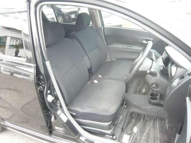 フロントシートの画像です。座面はベンチ式で、運転席にはアームレストが付いています。