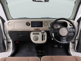 運転のしやすいインパネシフトです。運転席の足元も広くとても快適ですよ。運転席まわりには小物を収納できるポケット類も装備。