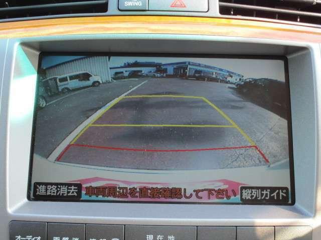 クルマには必ず死角が存在します。駐車場にクルマを止める時、もしぶつかったら・・・、もし子どもがいたら・・・。そんな時、見づらい後方視界をモニターに映し出し、ドライバーを助けてくれるカメラです。