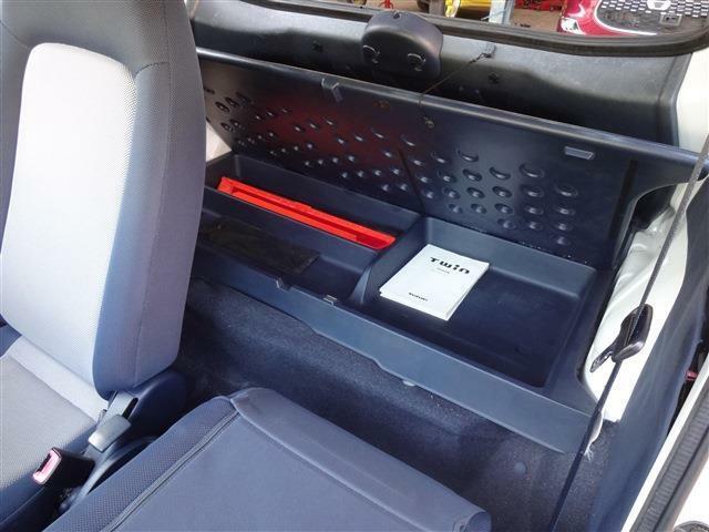 開くとこんなスペース。車検証入れたり、ちょっとした小物スペースです。
