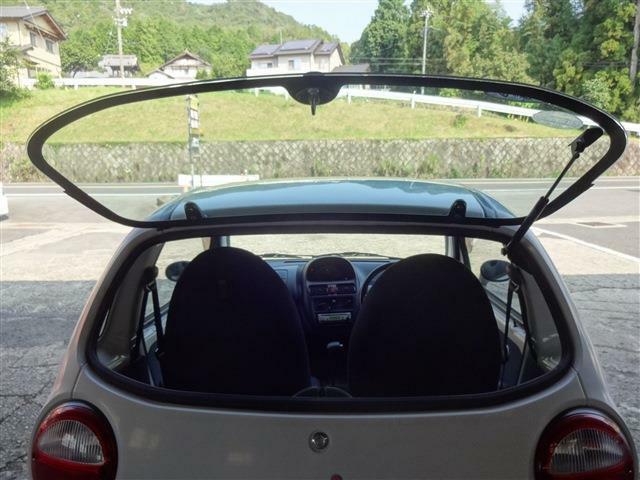 後ろはガラスハッチ。車のキーを差し込んで開閉します。
