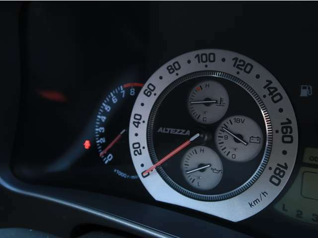◇タコメーター内には水温・電圧・油温計が配置されております。高回転キープが続きますと水温もさる事ながら、由音も大切な情報になりますので、これは嬉しい装備ですね♪