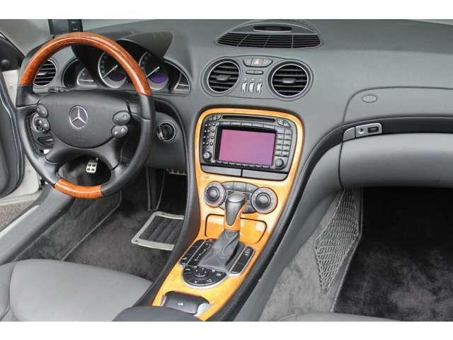 内装はブラックレザー、シートヒーター、純正DVDナビ、純正BOSEサウンドシステム、チェスナットウッド、チェスナットウッドレザーコンビステア&ATシフト、GPSレーダー、ETC付です。禁煙車でとても綺麗なお車です。