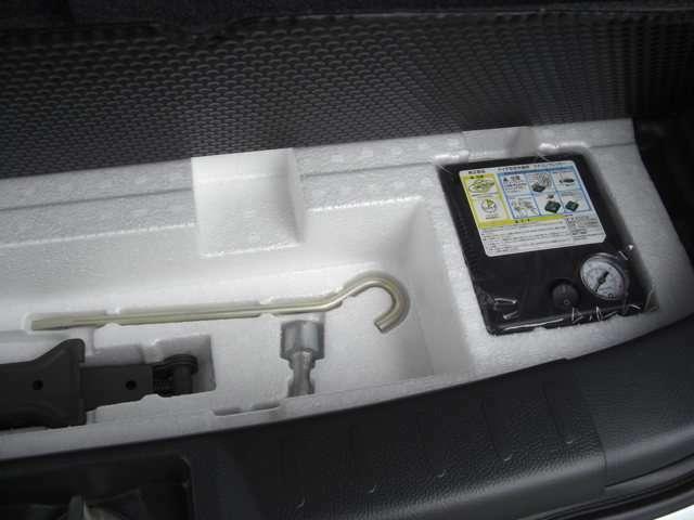 トランクしたのは、コンプレッサー、パンク修理剤、工具を装備しています。