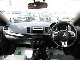 黒を基調としたレーシーなコックピットがドライブをより一層と盛り上げてくれます!