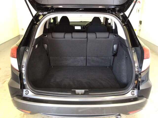 ラゲッジも広く使いやすいトランクは、開口部も広く荷物の積み下ろしもしやすいお車となっております。リアシートの背もたれは6:4の割合で背もたれを可倒できます。