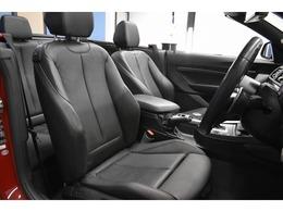 質感の高い、ヒーター付ブラックレザー電動スポーツシート! 2パターンまで登録可能なメモリー機能やサイドサポート機能付きです!