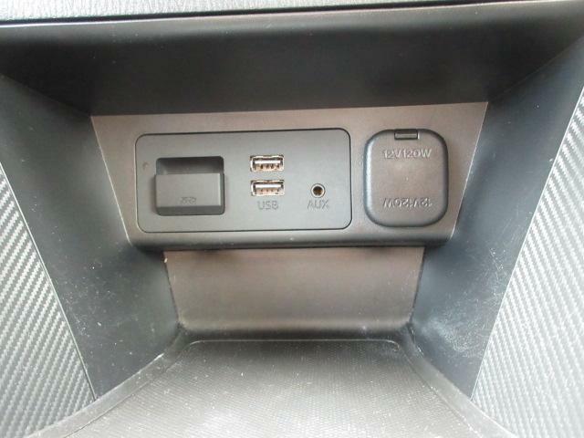 CD/DVD再生プレーヤーとフルセグTVチューナーは装備されておりませんが、ご安心ください!USB端子やブルートゥースオーディオ、AUXは備えています。