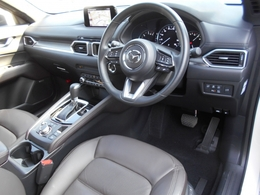 黒尾基調としたシックで落ち着いた雰囲気のコクピット!ブラウンレザーのシートをはじめ、上質なマテリアルに包まれた車内は所有する喜びを感じることができます!タバコ臭やペット臭もありません!