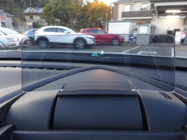 運転しながら、少ない視線移動で情報確認が出来ます。車速や警報やナビ使用時の簡単な道案内など必要な情報を、ちょっとしたの線移動で確認が出来ます。