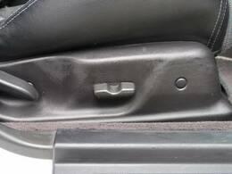 【運転席パワーシート】レバー操作のみで簡単に座席の位置調整できます!