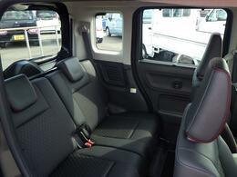 リヤシートはスライド機構が装備されており、大人が乗っても足元広々!ゆったりと座る事が出来ます。