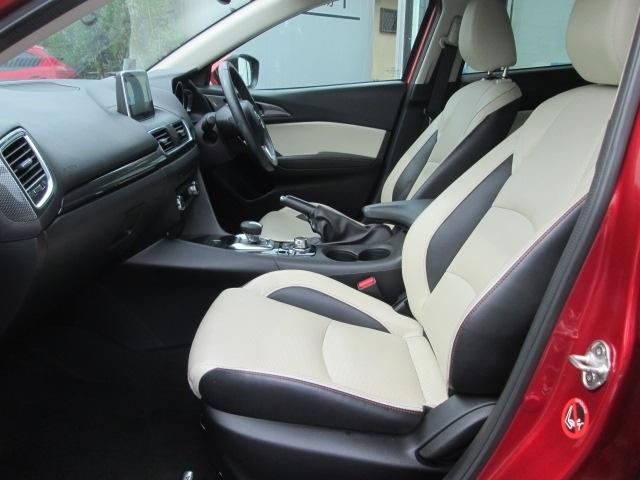 白い皮シートで高級感ある内装です。運転席は6WAYパワーシートで座り心地もバッチリです