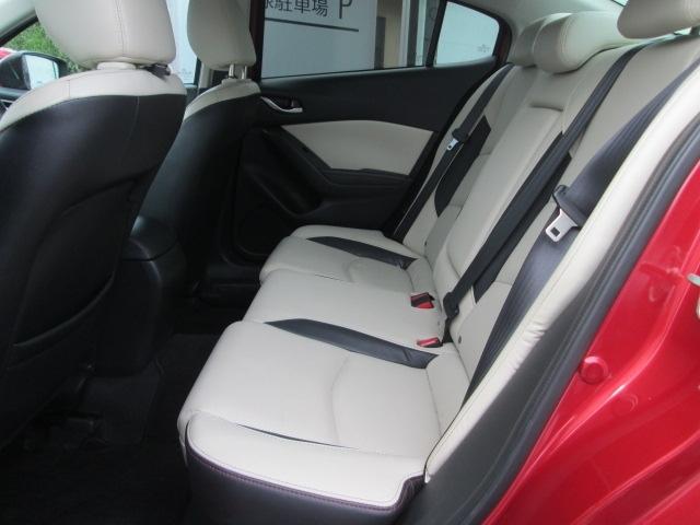 前面衝突時に後席乗員の下半身がシートから滑り落ちることを抑制する構造になってます。