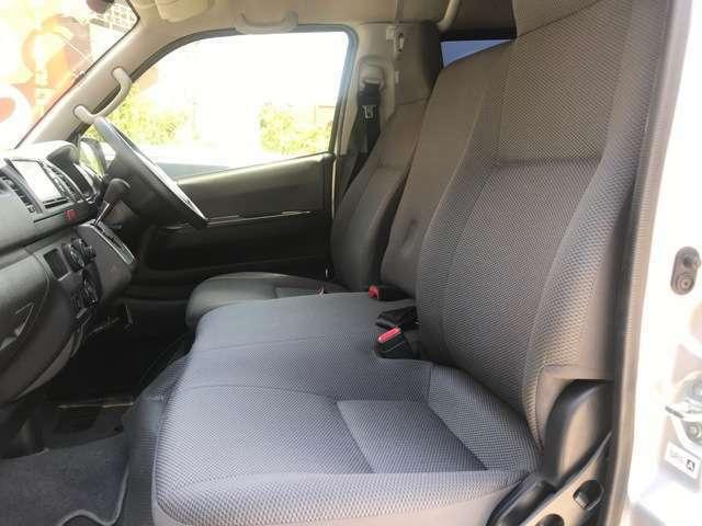 運転席・助手席の間の背もたれを起こすとシートとして利用でき1列目3人仕様になっています。