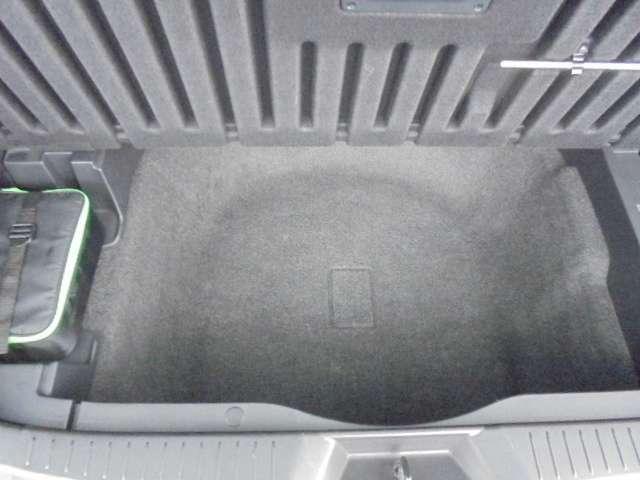 トランク下部に大きな収納スペース