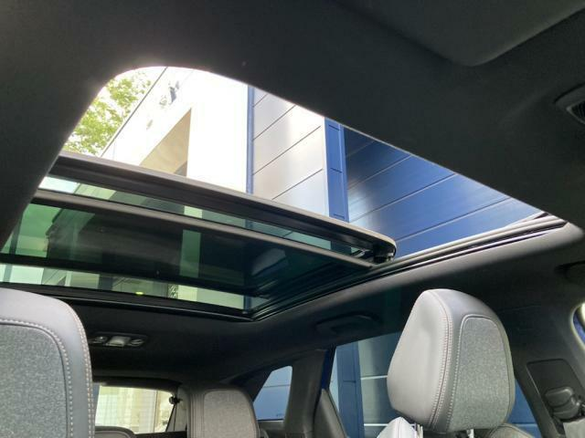 パノラミックサンルーフ リアシート頭上にまで及ぶ広大さ 前半分がオープンタイプで快適なドライビングをもたらします。 スーパーティンテッドガラスと電動メッシュシェードにより室内は快適です。