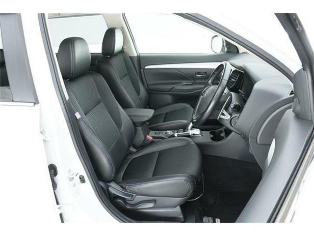 シートは高級感あるハーフレザー仕様のブラック合皮&ファブリックコンビシート♪運転席にはシートリフター機能付きでドライバーに合わせた調整が可能!