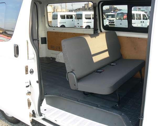 後部座席★折り畳んで荷室を広くもできます☆