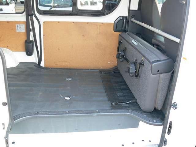 大きめのお荷物も後部座席を立てられるのでばっちりです。
