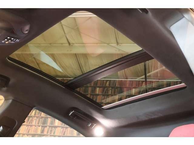 パノラマルーフ装着車。快適性、また開放的な室内空間を演出してくれます。