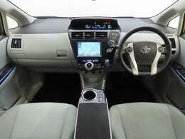 後部座席から見た感じです。まとまった感のあるインパネ。各操作スイッチなども使いやすい位置に配置されてます。