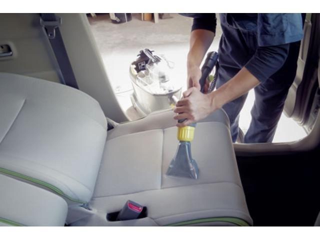 Aプラン画像:納車前のクリーニングでは、専用の洗浄機を使用し内装のクリーニングを行います!かなり手間と時間がかかりますが、仕上がりが全く違います。これが当社の当たり前です。