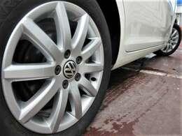 純正16インチアルミホイール♪ガリキズも少なくキレイな状態です♪タイヤの溝もしっかりと残っておりますので、車両購入後もすぐに交換という心配も出費もございません♪