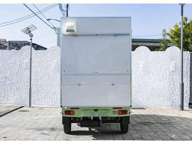 リアビュー。2面開放式のキッチンカー。