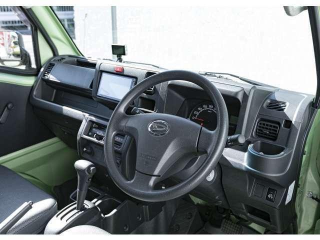 インパネの状態もとても綺麗な車両です。パワーステアリングと4速フロアATで、長時間の運転も快適。