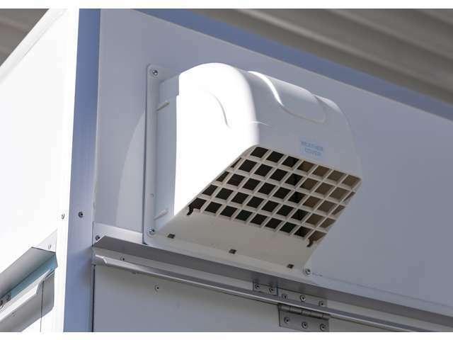 換気扇の外部側は、雨水の侵入を防ぐフード付き。