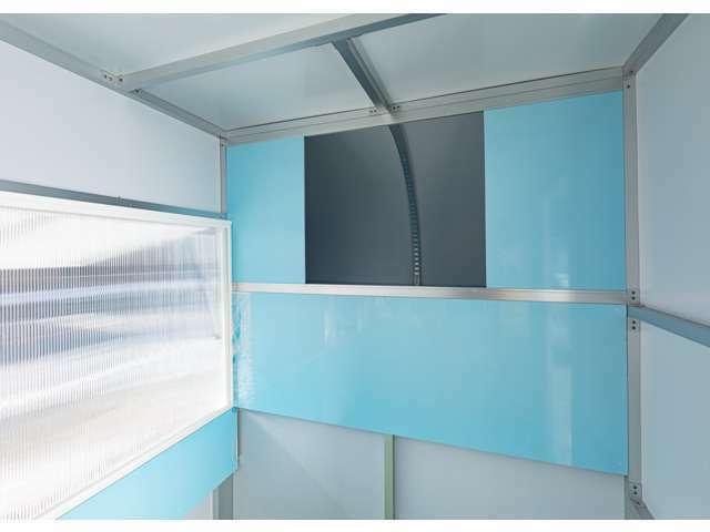 運転席上部のスペースには、大きな収納部。2面ある開放部の内側には、軽量な樹脂製のスライド式の内窓を装備。明るく快適なボックス室内。