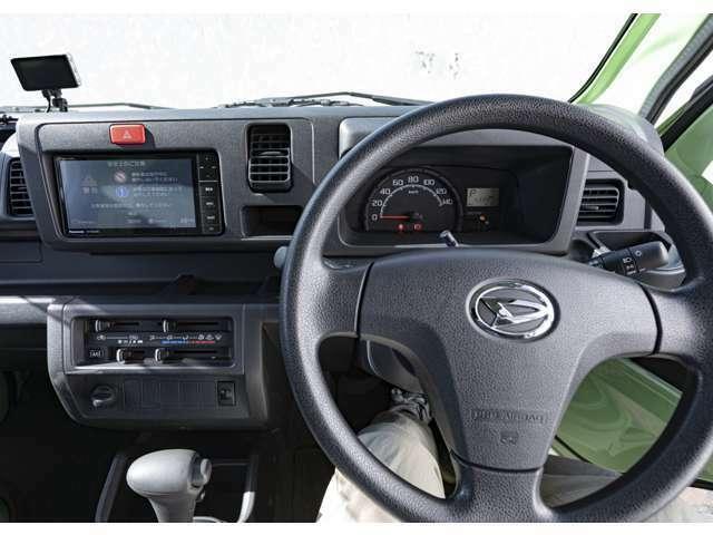 運転席側にエアバッグ、インパネ内にBluetooth接続が可能なHDDカーナビを装備。