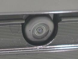 【全方位カメラ】上から見下ろしたような視点で車の周囲を確認することができます☆縦列駐車や幅寄せ等でも大活躍です!!