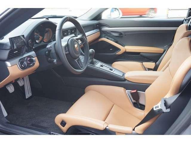 専用モデル限定シリアルナンバー入り コニャックレザーインテリア(シート、ダッシュボード下部、アームレスト、コニャックレザーのドアブル) 「911R」のものによく似た肉薄なシート。カーボン製フルバケシート