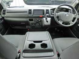 Wエアバッグ/ABS/キーレス/イモビライザー/電動格納式ドアミラー/純正SDナビゲーション/純正ビルトインETC/フロントエアコン/リヤクーラー/リヤヒーター/純正フロアマットが装備されています。