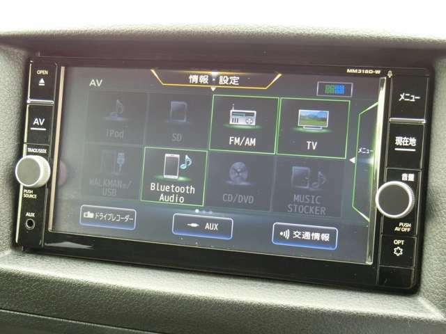 純正SDナビゲーション(MM318D-A)が装備されています。DVDビデオ+フルセグTVの視聴が可能です。Bluetooth対応です。
