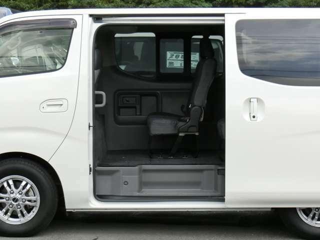 片側オートスライドドアです。スライドドア+バックドアにオートクロージャー(半ドア防止機能)が装備されています。★NV350キャラバンワゴンに、両側スライドドアおよびディーゼル車の設定はありません。