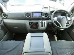 Wエアバッグ/ABS/VDC/インテリジェントキー/イモビライザー/電動格納式ドアミラー/純正SDナビ/純正ETC/フロントオートエアコン/リヤクーラー/リヤヒーター/フロアマットが装備されています。