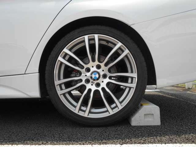 左リアアルミホイールです。 4本共に2019年製タイヤで溝がまだまだ残っているので、そのまま走りだせますよ。